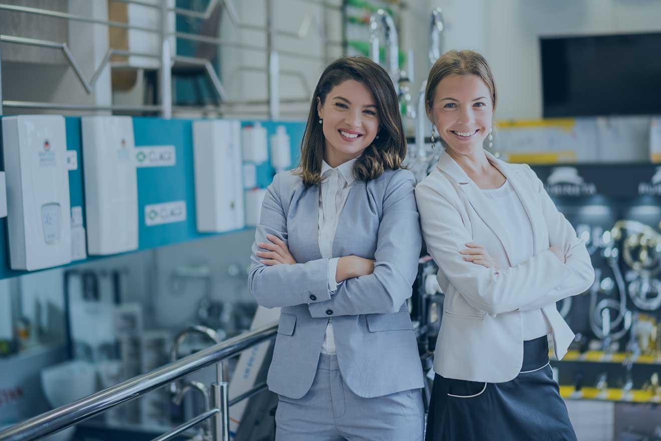 BOISANGER Recrutement de dirigeants et cadres depuis 2007 - 2 femmes entrepeuses côte à côte et souriantes dans une usine